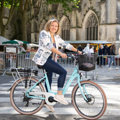 Le Vélo de ville électrique au marché à Saintes
